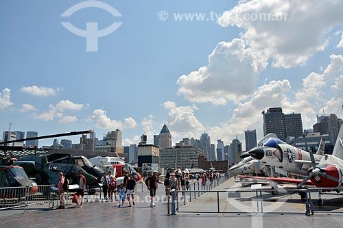 Turistas no Porta-aviões da Segunda Guerra Mundial USS Intrepid - Museu Intrepid (1982)  - Cidade de Nova Iorque - Nova Iorque - Estados Unidos
