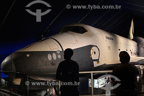 Turistas observando o ônibus espacial Enterprise no pavilhão do ônibus espacial - porta-aviões da Segunda Guerra Mundial USS Intrepid - Museu Intrepid (1982)  - Cidade de Nova Iorque - Nova Iorque - Estados Unidos
