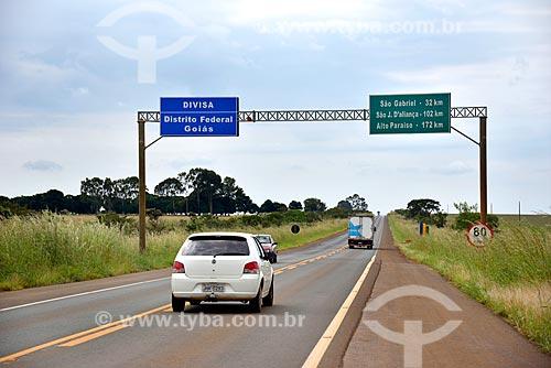 Rodovia GO-118 com placas de sinalização da divisa entre o Distrito Federal e Goiás  - Distrito Federal (DF) - Brasil