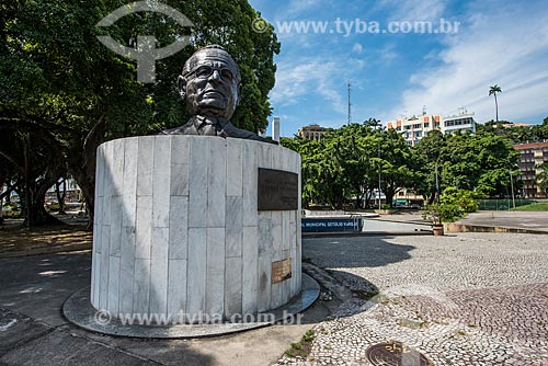 Busto de Getúlio Vargas em frente ao Memorial Getúlio Vargas (2004)  - Rio de Janeiro - Rio de Janeiro (RJ) - Brasil