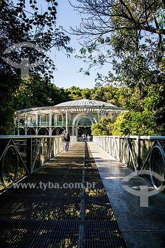Passarela com a Ópera de Arame ao fundo - maior casa de shows de Curitiba - feita de canos em uma estrutura que se integra perfeitamente à natureza ao redor  - Curitiba - Paraná (PR) - Brasil