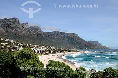 Vista da praia de Camps Bay - com as montanhas conhecidas como Os Doze Apóstolos - parte da Montanha da Mesa - uma das Novas Sete Maravilhas Naturais do Mundo - ao fundo  - Cidade do Cabo - Província do Cabo Ocidental - África do Sul