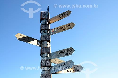 Placas com informações de distâncias em quilômetros e direções de várias cidades do mundo no Farol de Cape Point  - Cidade do Cabo - Província do Cabo Ocidental - África do Sul