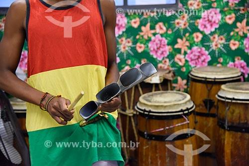 Jovem tocando agogô musicais na sede do Grupo Cultural Jongo da Serrinha  - Rio de Janeiro - Rio de Janeiro (RJ) - Brasil