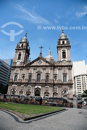 Fachada da Igreja de Nossa Senhora da Candelária (1609) com ônibus do Exército Brasileiro  - Rio de Janeiro - Rio de Janeiro (RJ) - Brasil