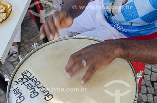 Homem tocando repique na roda de samba de músicos do Grêmio Recreativo Escola de Samba Unidos de Vila Isabel  - Rio de Janeiro - Rio de Janeiro (RJ) - Brasil