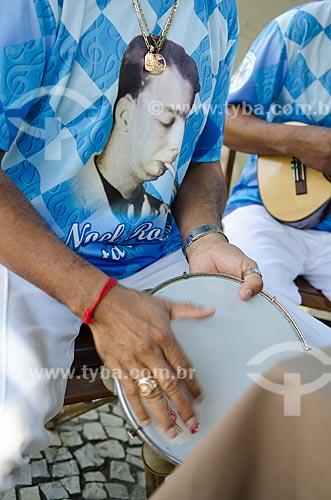 Homem tocando pandeiro na roda de samba de músicos do Grêmio Recreativo Escola de Samba Unidos de Vila Isabel  - Rio de Janeiro - Rio de Janeiro (RJ) - Brasil