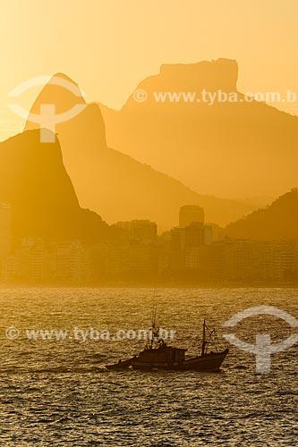 Vista de pesqueiro na Baía de Guanabara a partir da Ilha de Cotunduba com Morro Dois Irmãos e da Pedra da Gávea ao fundo  - Rio de Janeiro - Rio de Janeiro (RJ) - Brasil
