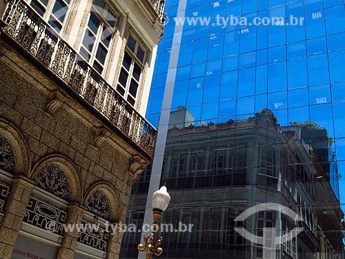 Detalhe de reflexo de prédio de arquitetura eclética em prédio de arquitetura moderna na Rua da Candelária  - Rio de Janeiro - Rio de Janeiro (RJ) - Brasil