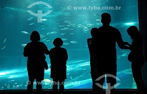 Silhueta de pessoas no interior do AquaRio - aquário marinho da cidade do Rio de Janeiro  - Rio de Janeiro - Rio de Janeiro (RJ) - Brasil