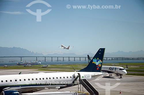Aviões na pista do Aeroporto Santos Dumont com avião decolando ao fundo  - Rio de Janeiro - Rio de Janeiro (RJ) - Brasil