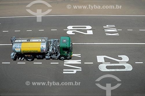 Caminhão-tanque na pista do Aeroporto Internacional de Viracopos  - Campinas - São Paulo (SP) - Brasil