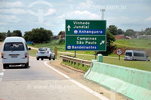 Placa indicando acesso à Rodovia dos Bandeirantes (SP-348) na Rodovia Santos Dumont (SP-075)  - Campinas - São Paulo (SP) - Brasil