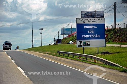 Placa indicando rodovia sob concessão do Governo do Estado na Rodovia Santos Dumont (SP-075)  - Campinas - São Paulo (SP) - Brasil