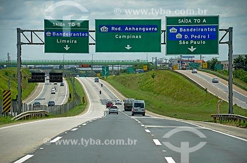 Placa indicando acesso à outras rodovias na Rodovia Santos Dumont (SP-075)  - Campinas - São Paulo (SP) - Brasil