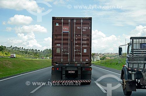 Detalhe de transporte de contêiner na Rodovia Santos Dumont (SP-075)  - Campinas - São Paulo (SP) - Brasil
