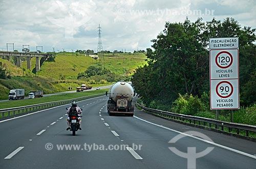 Placa indicando fiscalização eletrônica e limites de velocidades na Rodovia Santos Dumont (SP-075)  - Campinas - São Paulo (SP) - Brasil