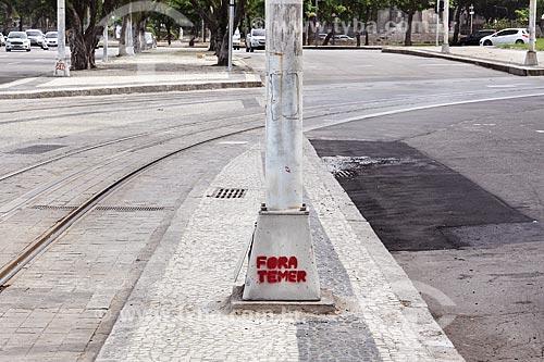 Poste na Avenida Beira Mar com pixação Fora Temer  - Rio de Janeiro - Rio de Janeiro (RJ) - Brasil