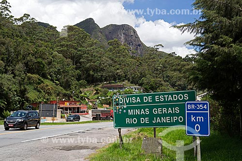 Placa indicando a divisa entre os estados do Rio de Janeiro e Minas Gerais no km 0 da Rodovia BR-354  - Resende - Rio de Janeiro (RJ) - Brasil