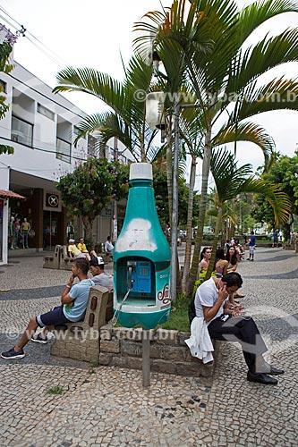 Telefone público em forma de garrafa de água mineral São Lourenço no calçadão da Rua Wenceslau Braz  - São Lourenço - Minas Gerais (MG) - Brasil