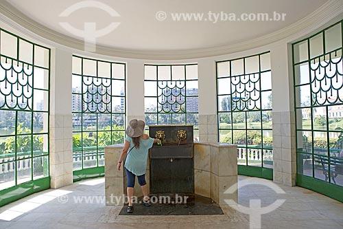 Turista na Fonte Vichy no Parque das Águas São Lourenço  - São Lourenço - Minas Gerais (MG) - Brasil