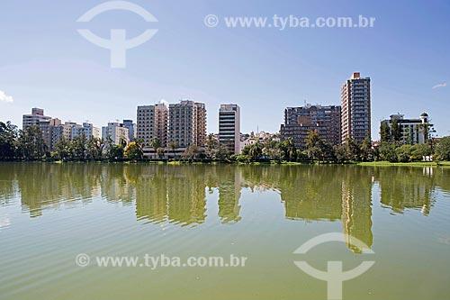 Lago de São Lourenço no Parque das Águas São Lourenço com prédios ao fundo  - São Lourenço - Minas Gerais (MG) - Brasil