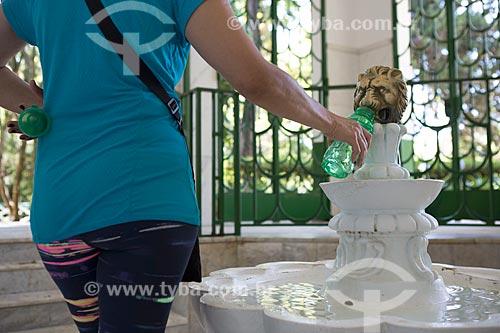 Detalhe de turista coletando água na Fonte Magnesiana Andrade Figueira - água mineral carbogasosa, fluoretada e litinada - no Parque das Águas São Lourenço  - São Lourenço - Minas Gerais (MG) - Brasil