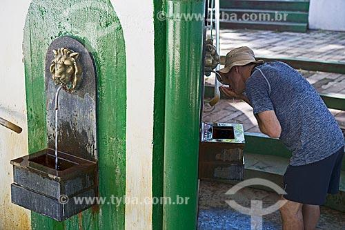 Turista bebendo água da Fonte Sulfurosa Jaime Sotto Mayor no Parque das Águas São Lourenço  - São Lourenço - Minas Gerais (MG) - Brasil