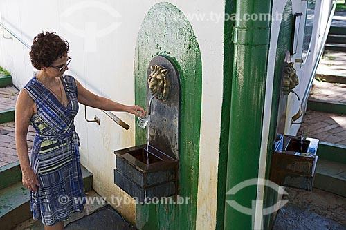 Turista coletando água da Fonte Sulfurosa Jaime Sotto Mayor no Parque das Águas São Lourenço  - São Lourenço - Minas Gerais (MG) - Brasil