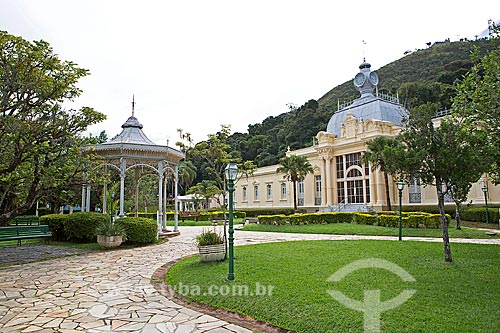 Fonte Duque de Saxe - à esquerda - com o Balneário Centro Hidroterápico no Parque Dr. Lisandro Carneiro Guimarães (Parque das Águas de Caxambu)  - Caxambu - Minas Gerais (MG) - Brasil