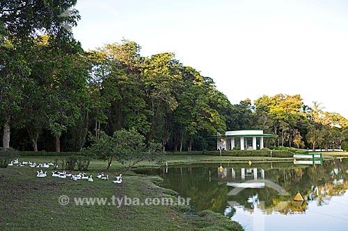 Lago de São Lourenço no Parque das Águas São Lourenço com a Fonte Vichy ao fundo  - São Lourenço - Minas Gerais (MG) - Brasil