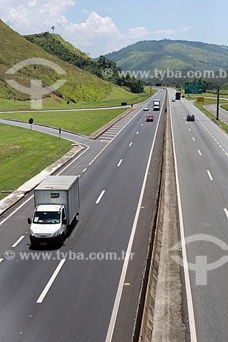 Caminhão baú no km 330 da Rodovia Presidente Dutra (BR-116) próximo à Engenheiro Passos  - Resende - Rio de Janeiro (RJ) - Brasil
