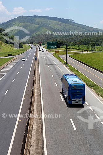 Ônibus no km 330 da Rodovia Presidente Dutra (BR-116) próximo à Engenheiro Passos  - Resende - Rio de Janeiro (RJ) - Brasil
