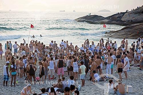 Confraternização de pessoas durante o amanhecer na Praia do Diabo após festa de passagem do ano  - Rio de Janeiro - Rio de Janeiro (RJ) - Brasil