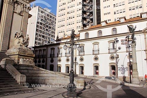 Fachada da Assembléia Legislativa do Estado do Rio de Janeiro (ALERJ) - 1926 - com a fachada lateral da Igreja de São José (1816)  - Rio de Janeiro - Rio de Janeiro (RJ) - Brasil