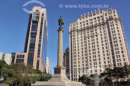 Vista do Monumento à Visconde de Mauá na Praça Mauá com o Centro Empresarial RB1 - à esquerda - Edifício Joseph Gire (1929) - também conhecido como Edifício A Noite - a direita  - Rio de Janeiro - Rio de Janeiro (RJ) - Brasil