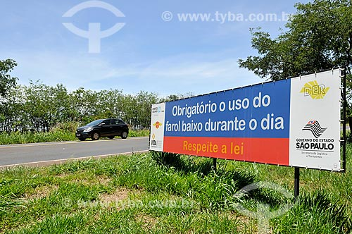 Placa no acostamento da Rodovia Assis Chateaubriand (SP-425) que diz: obrigatório o uso de farol baixo durante o dia  - Barretos - São Paulo (SP) - Brasil