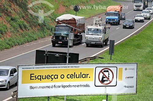 Placa no canteiro central da Rodovia Washington Luís (SP-310) que diz: Esqueça o celular. Bom mesmo é ficar ligado na estrada  - São José do Rio Preto - São Paulo (SP) - Brasil