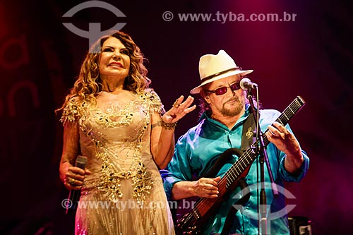 Elba Ramalho e Geraldo Azevedo cantando na Praia de Copacabana durante a festa de réveillon  - Rio de Janeiro - Rio de Janeiro (RJ) - Brasil