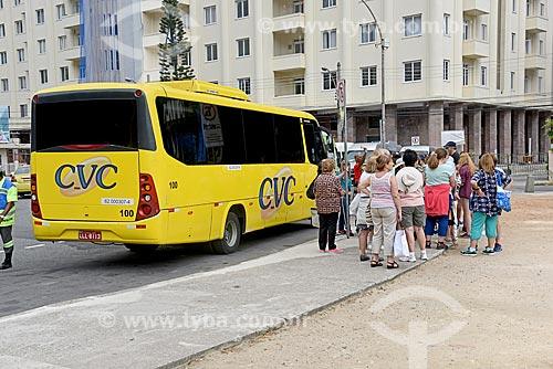Turistas e ônibus de turismo na Praça General Tibúrcio  - Rio de Janeiro - Rio de Janeiro (RJ) - Brasil