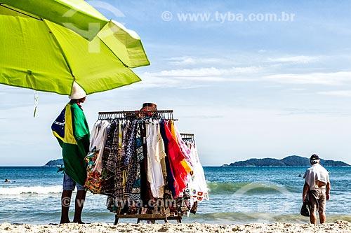 Vendedor ambulante na Praia dos Açores  - Florianópolis - Santa Catarina (SC) - Brasil