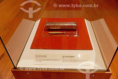 Caneta ofertada à Princesa Isabel que assinou a Lei Áurea em 13 de maio de 1888 - parte da exposição permanente A Construção da Nação - no Museu Histórico Nacional  - Rio de Janeiro - Rio de Janeiro (RJ) - Brasil