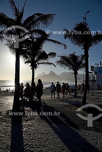 Pôr do sol na orla do Praia do Arpoador com o Morro Dois Irmãos e a Pedra da Gávea ao fundo  - Rio de Janeiro - Rio de Janeiro (RJ) - Brasil