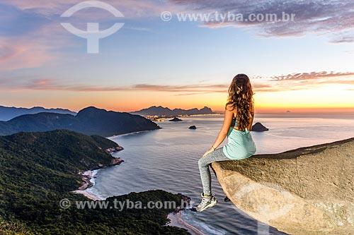 Mulher observando o litoral do Rio de Janeiro a partir da Pedra do Telégrafo no Morro de Guaratiba durante o amanhecer  - Rio de Janeiro - Rio de Janeiro (RJ) - Brasil