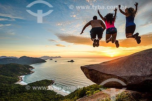 Pessoas pulando da Pedra do Telégrafo no Morro de Guaratiba  - Rio de Janeiro - Rio de Janeiro (RJ) - Brasil