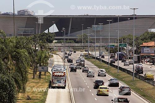 Ônibus do BRT (Bus Rapid Transit) Transcarioca na faixa exclusiva da Avenida Ayrton Senna com a Cidade das Artes - antiga Cidade da Música - ao fundo  - Rio de Janeiro - Rio de Janeiro (RJ) - Brasil