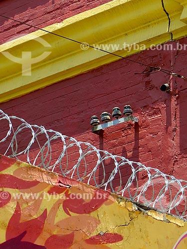 Detalhe de arame farpado nos Armazéns do Cais da Gamboa - Porto do Rio de Janeiro  - Rio de Janeiro - Rio de Janeiro (RJ) - Brasil