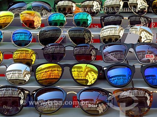 Detalhe de óculos de sol à venda por vendedor ambulante  - Rio de Janeiro - Rio de Janeiro (RJ) - Brasil
