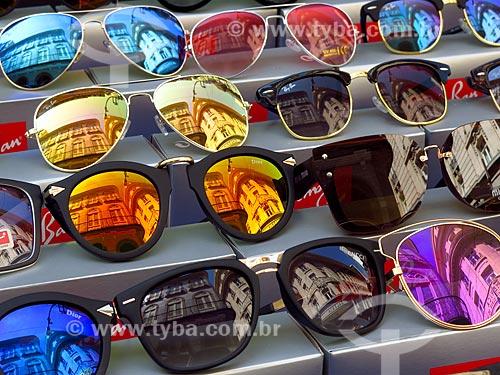 TYBA ONLINE    Assunto  Detalhe de óculos de sol à venda por vendedor  ambulante   Local  Rio de Janeiro - Rio de Janeiro (RJ) - Brasil   Data  12  2016 6b122e801d
