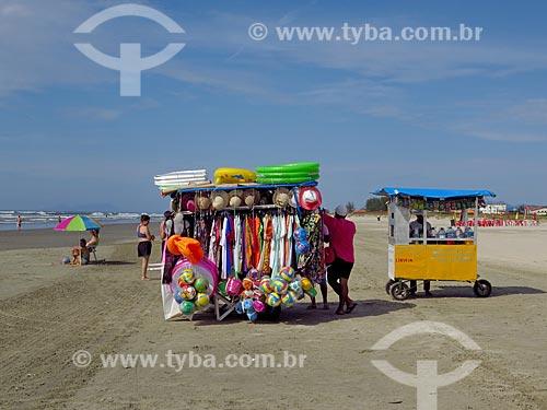 Vendedor ambulante na praia da cidade de Ilha Comprida  - Ilha Comprida - São Paulo (SP) - Brasil